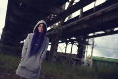 Het openluchtportret die van de manierlevensstijl van vrij jong meisje, in hipster dragen swag grunge stileert met violette haar  royalty-vrije stock foto