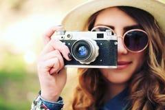 Het openluchtportret van de de zomerlevensstijl van vrij jonge vrouw die pret in de stad hebben Royalty-vrije Stock Foto's