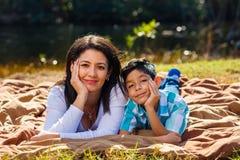 Het openluchtportret van de moeder en van de zoon stock foto
