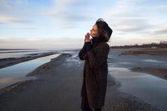 Het openluchtportretmeisje in een laag loopt op het meer, meisje in een sjaal Royalty-vrije Stock Foto