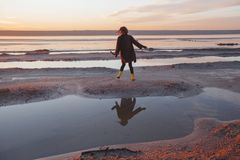 Het openluchtportretmeisje in een laag loopt op het meer, meisje in een sjaal Stock Fotografie