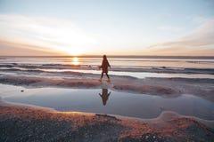 Het openluchtportretmeisje in een laag loopt op het meer, meisje in een sjaal Royalty-vrije Stock Foto's