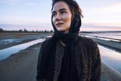 Het openluchtportretmeisje in een laag loopt op het meer, meisje in een sjaal Stock Foto