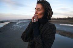 Het openluchtportretmeisje in een laag loopt op het meer, meisje in een sjaal Stock Foto's