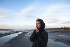 Het openluchtportretmeisje in een laag loopt op het meer, meisje in een sjaal Stock Afbeeldingen