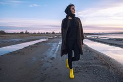 Het openluchtportretmeisje in een laag loopt op het meer, meisje in een sjaal Stock Afbeelding