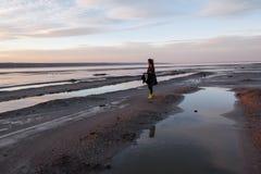 Het openluchtportretmeisje in een laag loopt op het meer, meisje in een sjaal Royalty-vrije Stock Afbeelding