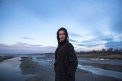 Het openluchtportretmeisje in een laag loopt op het meer, meisje in een sjaal Royalty-vrije Stock Afbeeldingen