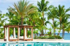 Het openluchtzwembad van de toevluchtpool van luxehotel. Zwembad in luxetoevlucht dichtbij het overzees. Tropisch Paradijs. Zwemba Royalty-vrije Stock Foto's