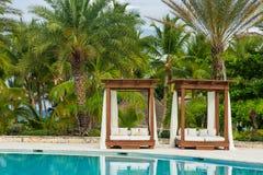 Het openluchtzwembad van de toevluchtpool van luxehotel. Zwembad in luxetoevlucht dichtbij het overzees. Tropisch Paradijs. Zwemba Stock Afbeelding