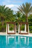 Het openluchtzwembad van de toevluchtpool van luxehotel. Zwembad in luxetoevlucht dichtbij het overzees. Tropisch Paradijs. Zwemba Royalty-vrije Stock Foto