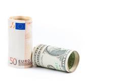 Het opgerolde euro en opgerolde dollarsbankbiljet op witte achtergrond, concept voor zaken en bespaart geld Stock Afbeeldingen