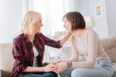 Het opgetogen lesbische paar lachen Stock Fotografie