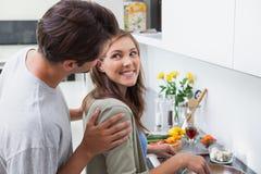 Het opgetogen paar koken in keuken Royalty-vrije Stock Afbeeldingen