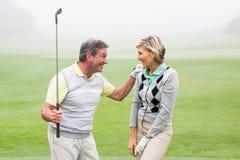 Het opgewekte golfing paar toejuichen Stock Fotografie