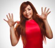 Het opgewekte meisje verraste donkerbruine vrouw omhoog werpt Stock Afbeelding