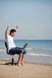 Het opgewekte mens toejuichen bij laptop Royalty-vrije Stock Foto's
