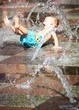 Het opgewekte Spelen van de Jongen in het Stootkussen van de Plons Royalty-vrije Stock Foto's
