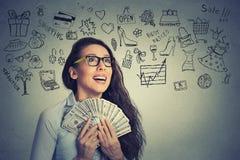 Het opgewekte succesvolle jonge geld van de bedrijfsvrouwenholding royalty-vrije stock fotografie