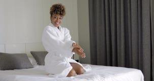 Het opgewekte vrouw stellen op bed stock videobeelden
