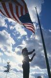 Het opheffen van Amerikaanse Vlag stock afbeelding