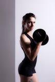 Het Opheffen van het meisje Gewichten Stock Afbeeldingen
