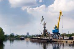 Het opheffen van kranen in haven Royalty-vrije Stock Afbeeldingen