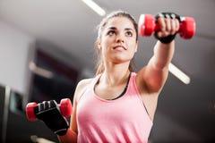 Het opheffen van sommige gewichten bij de gymnastiek Stock Afbeelding