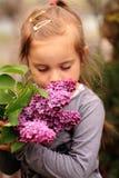 Het ophouden om de bloemen te ruiken Stock Afbeeldingen
