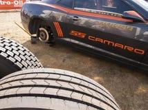 Het opkrikken van een auto om een band te veranderen Stock Foto