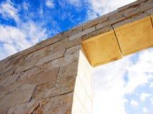 Het opleggen van bakstenen muur en hemel stock afbeelding