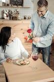 Het opleggen van man het verrassen vrouw bij koffie stock foto