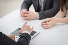 Het oplossen van overeenkomsten! Handen van drie twee zakenlieden die busi bespreken Royalty-vrije Stock Fotografie