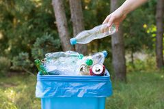 Het opnemen van afval en het zetten van het in een bak royalty-vrije stock fotografie