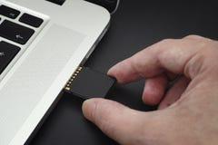 Het opnemen van BR-Kaart in een laptop computer Royalty-vrije Stock Fotografie