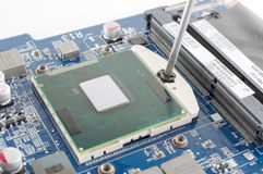 Het opnemen van cpu in de motherboard contactdoos Stock Afbeeldingen