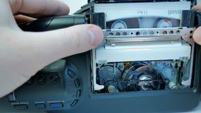 Het opnemen van de videocassette in 8mm camera stock videobeelden