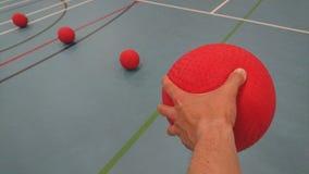 Het opnemen van een dodgeball in mijn linkerhand royalty-vrije stock afbeelding