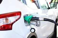 Het opnieuw vullen van de auto met brandstof stock foto