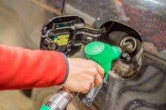 Het opnieuw vullen van de auto met brandstof stock afbeeldingen
