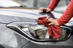 Het oppoetsen van een auto na de autowasserette stock afbeeldingen