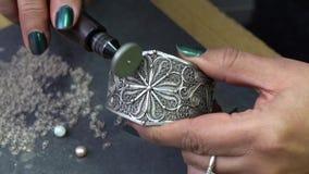Het oppoetsen van juwelen van zilver stock footage