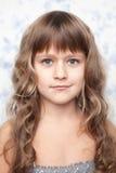 Het oprechte jonge kind dat van het portret camera bekijkt Royalty-vrije Stock Foto