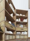 Het opschorten in het ontwerp van de slaapkamerzolder met een TV op de muur Royalty-vrije Stock Fotografie