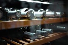 Het opslaan van flessen wijn in koelkast Alcoholische kaart in restaurant Het koelen van en het bewaren van wijn royalty-vrije stock foto
