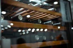 Het opslaan van flessen wijn in koelkast Alcoholische kaart in restaurant Het koelen van en het bewaren van wijn stock foto