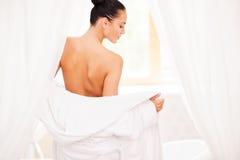 Het opstijgen van haar badjas Stock Fotografie