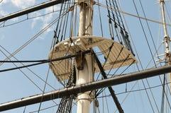 Het optuigen van de mast en van de zeilboot stock fotografie