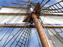 Het optuigen van de mast en zeil van tallship Stock Afbeelding