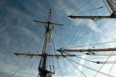 Het optuigen van de zeilboot tegen donkerblauwe hemel Royalty-vrije Stock Afbeeldingen